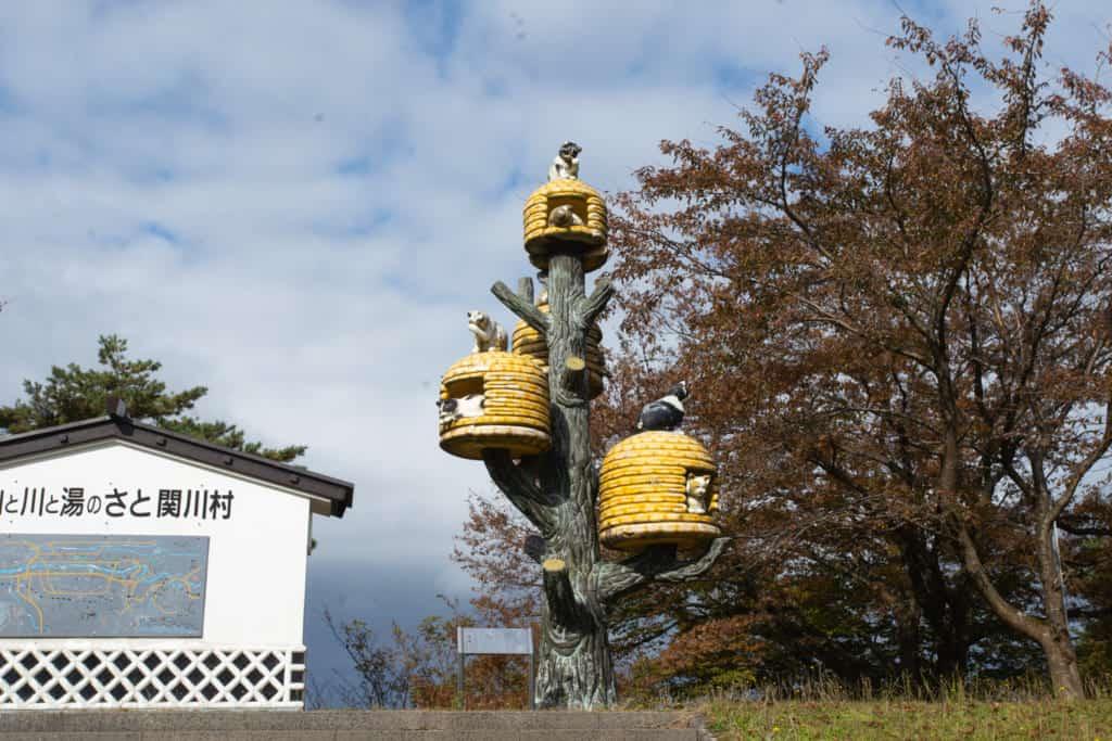 A statue of neko-chigura in Sekikawamura.