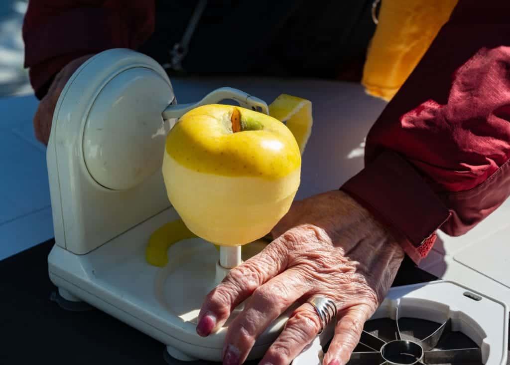 Amazing Japanese apple peeler