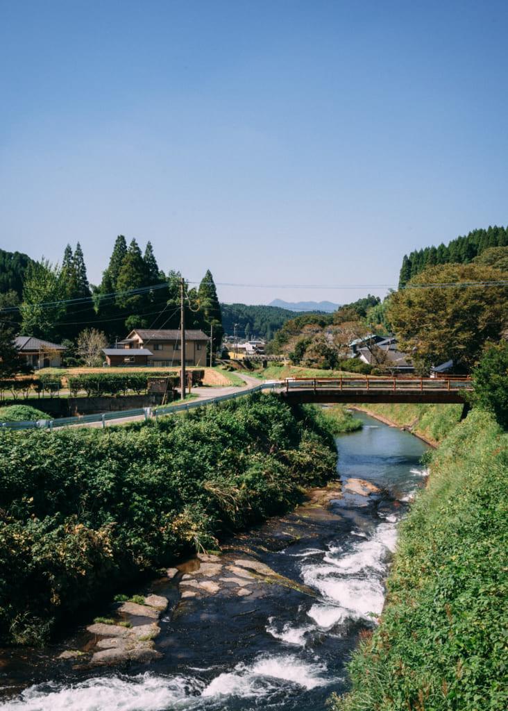 Pont au-dessus d'une petite rivière dans la campagne du nord de Kumamoto