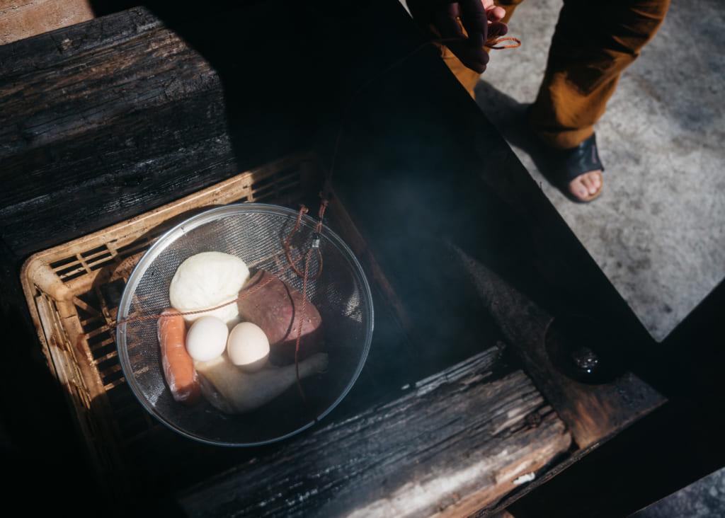 Aliments en train de cuire à la vapeur de l'onsen