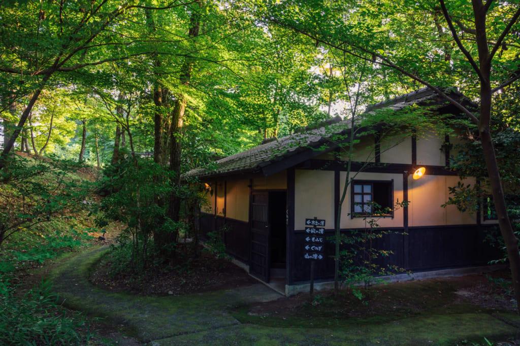 Bâtiment de l'onsen Yuka, sous les arbres