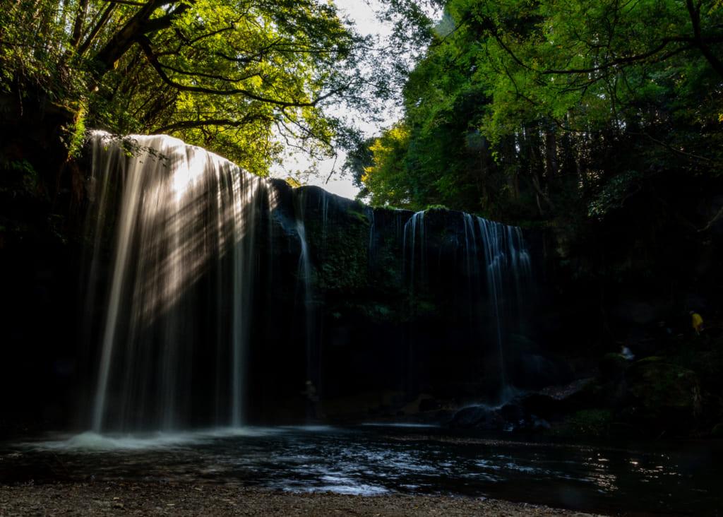 Les chutes de Nabegataki plongées dans l'ombre des arbres