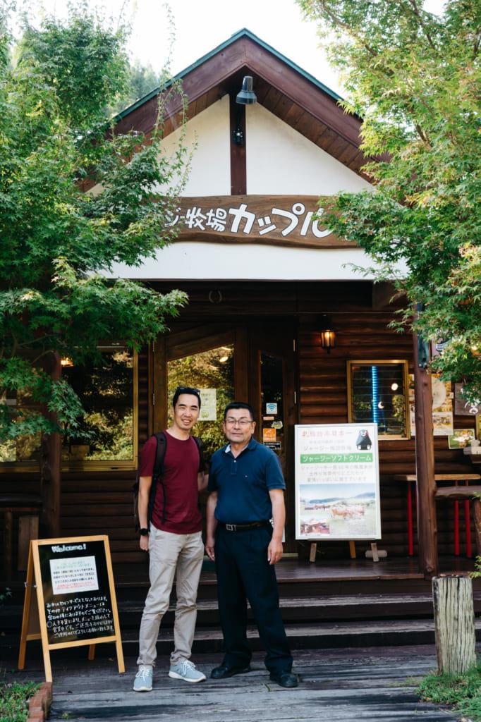 Todd et M. Umeda devant le café Couple