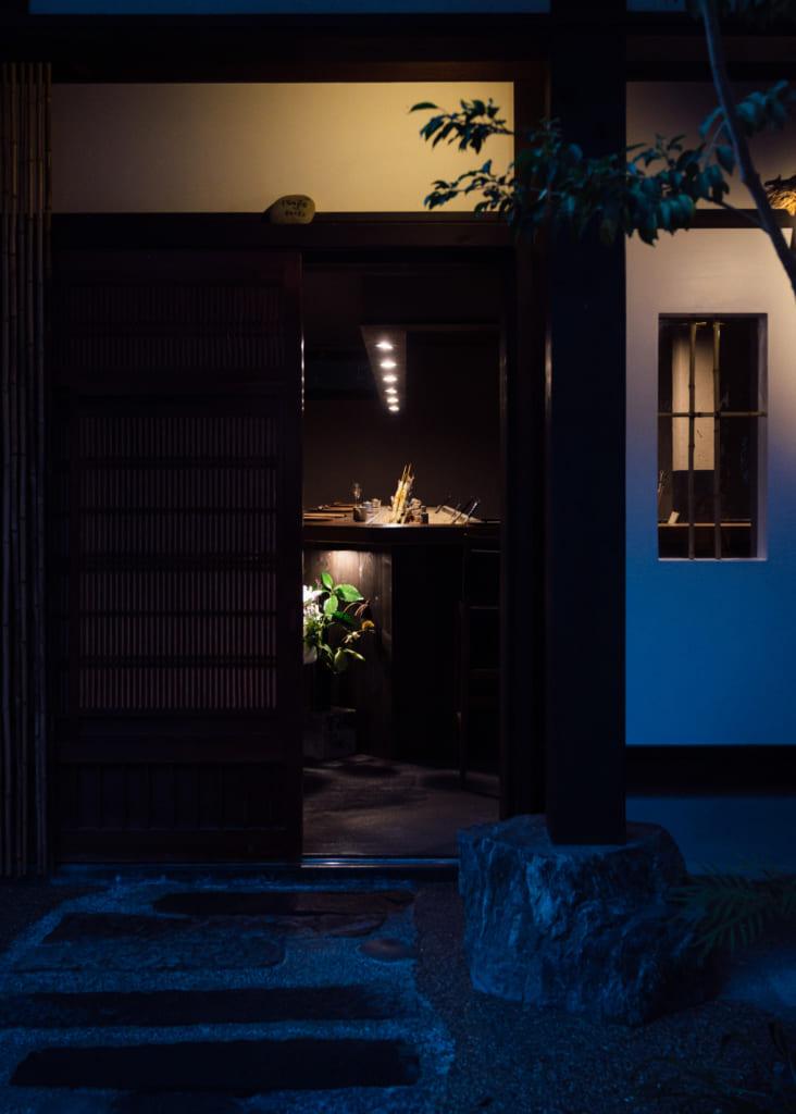 Intérieur tamisé du Zenzo ryokan à Waita Onsen Kumamoto