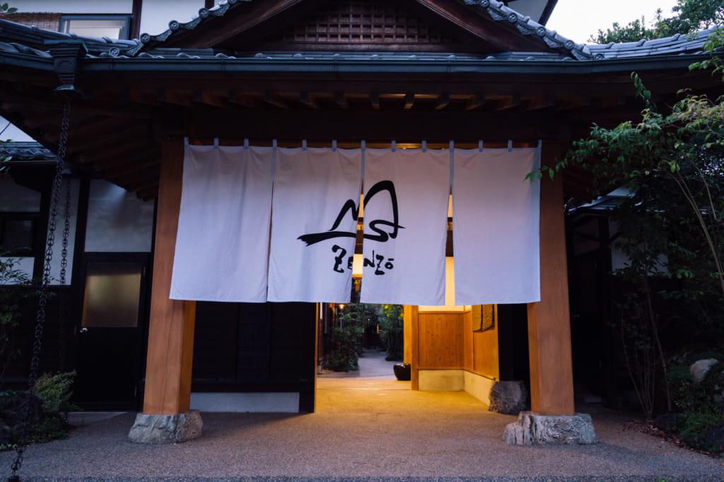 L'entrée du Zenzo Ryokan avec son noren blanc