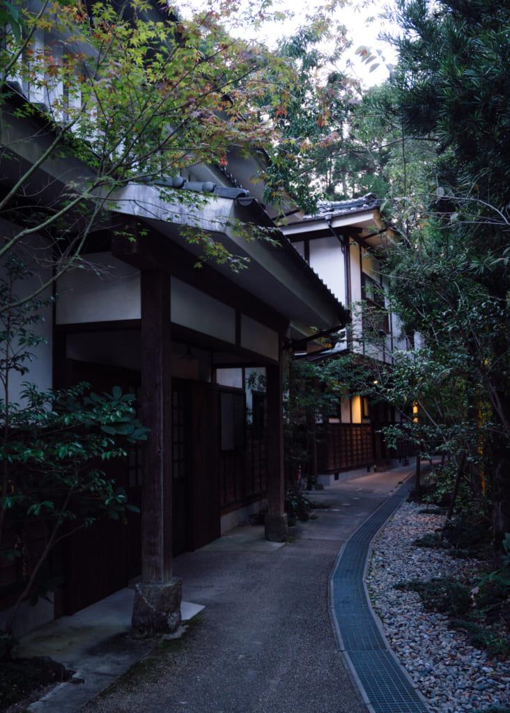 Vue de l'extérieur du Zenzo ryokan à Waita Onsen : bâtiments d'aspect traditionnels dans la verdure