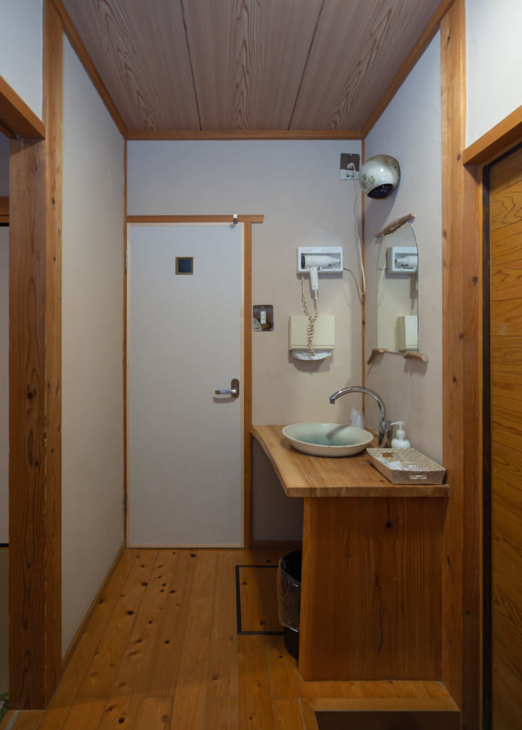 Cabinet de toilette au Zenzo ryokan Waita Onsen Kumamoto
