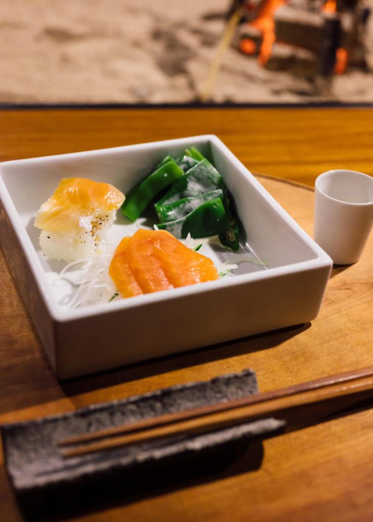 Sashimi et sushi de saumon au Zenzo Ryokan à Waita Onsen Kumamoto