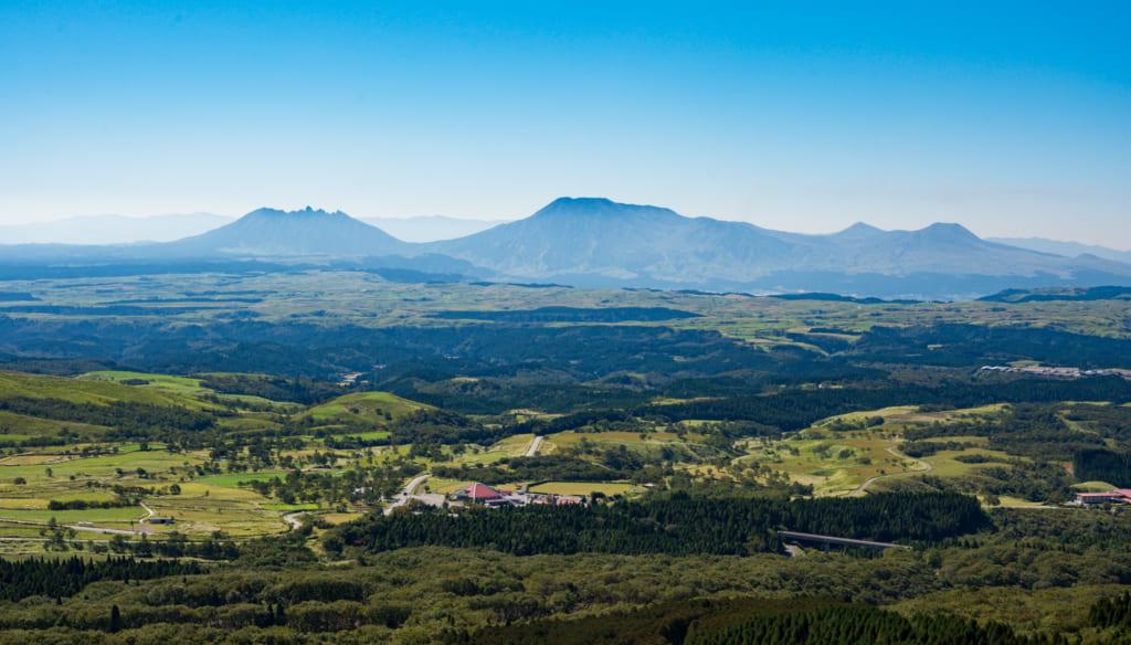 Vue sur les paysages d'Aso depuis les hauts plateaux de Senomoto