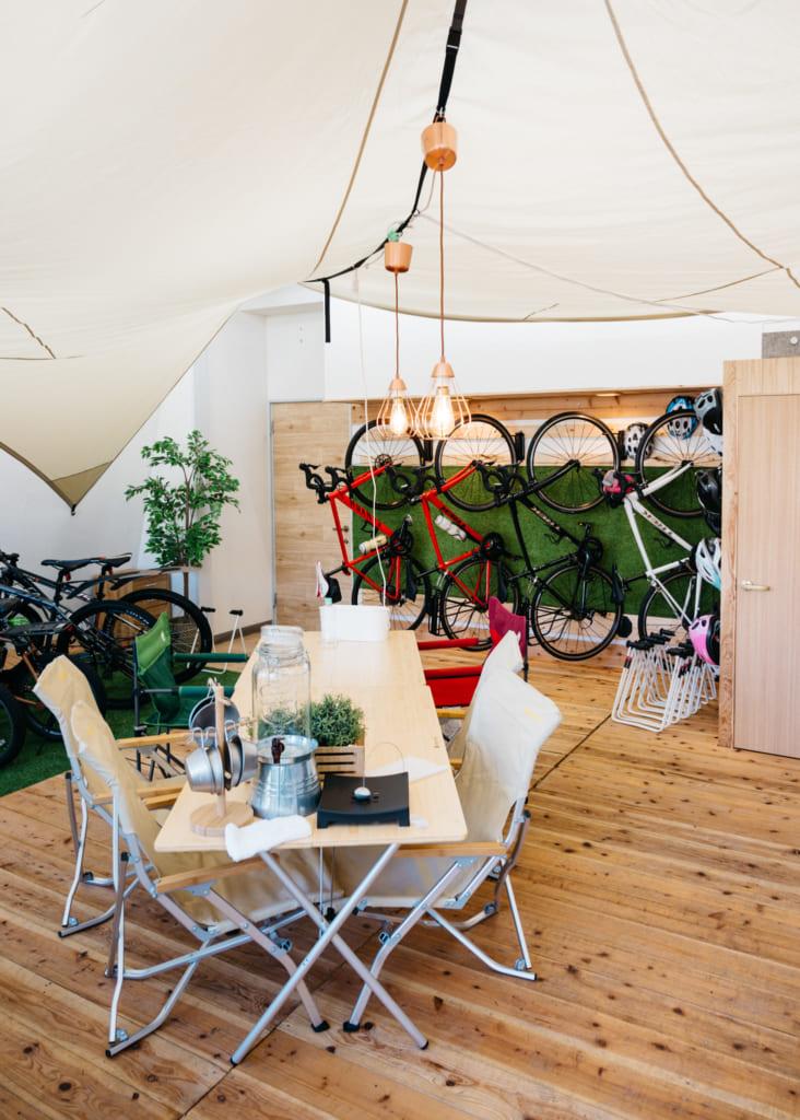 La boutique d'Aso Kujyu Cycle Tour : une décoration qui évoque un espace de camping agréable