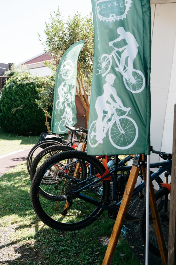 Kakemonos et vélos à Aso Kujyu Cycle Tour