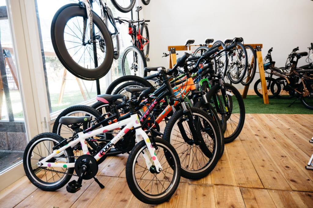 Vélos disponibles à la location chez Aso Kujyu Cycle Tour