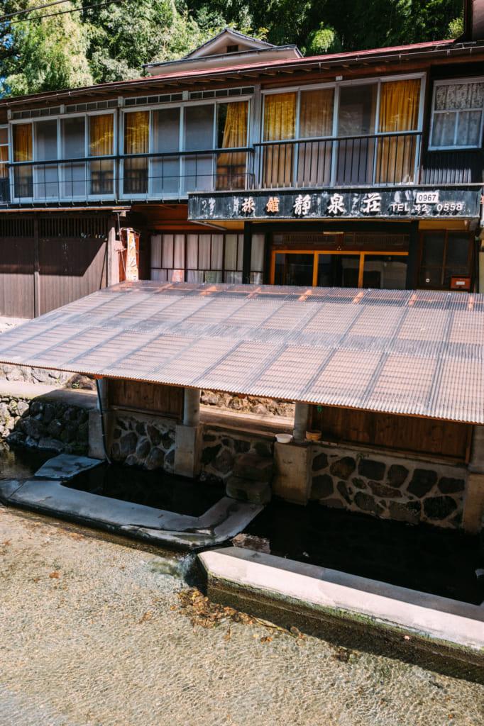 L'onsen Manganji : un simple bassin couvert sur le bord du chemin