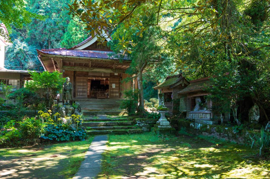 Temple rural niché dans la verdure : à découvrir lors de promenades à vélo