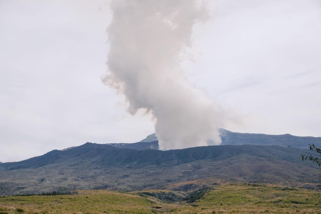 Éruption du mont Aso à Kumamoto un panache de fumé s'élève au-dessus de la montagne