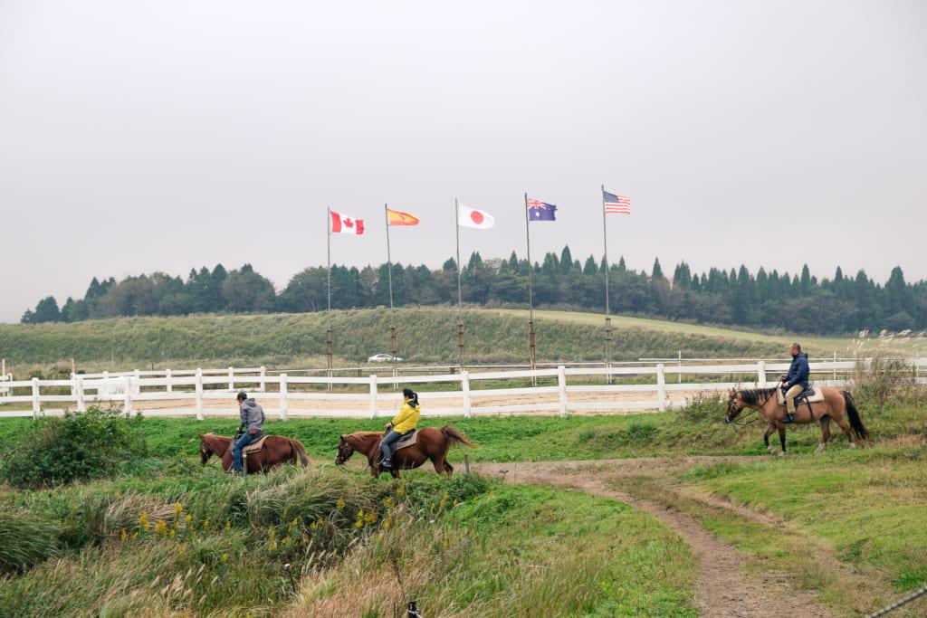 Personnes montant des chevaux à El Patio Ranch : une des activités de plein air à essayer à Aso