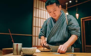 Kenji Gyoten entrain de préparer des sushis dans son restaurant de Fukuoka