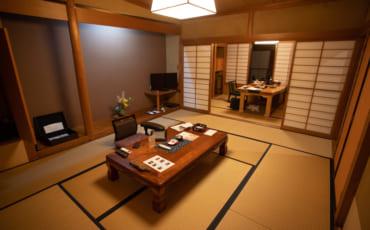 L'intérieur d'une des luxueuses chambres du Kikuya à Takanosu Onsen