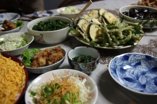 Lokale Speisen im Bauernhaus der Teefarmer.