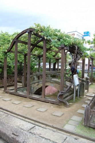 Puente de piedra en el jardín de Dejima, isla de Nagasaki.