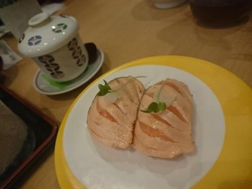 Salmón asado en un restaurante kaitenzushi.