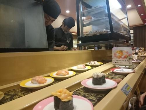 Sushi en un restaurante kaitenzushi.