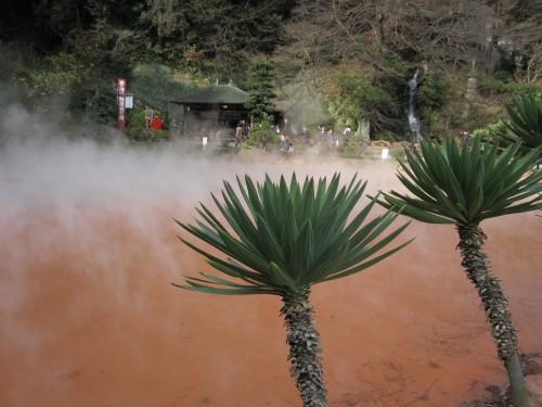 Chinoike Jigoku; estanque rojizo en Beppu (Japón).