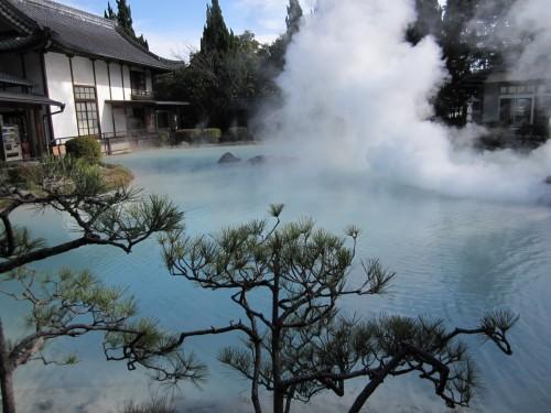 Shiraike Jigoku; estanque de un color azul blanquecino en Beppu (Oita, Japón).
