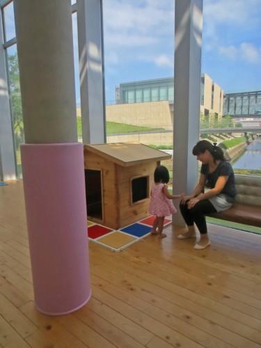 Niños y padres jugando en Dejima Kodomo Kaikan, Nagasaki.