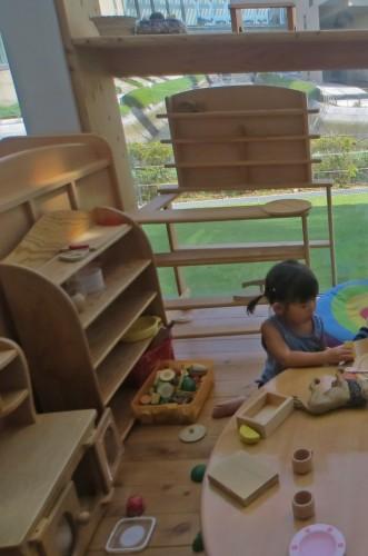 Niños jugando con juguetes de madera en ejima Kodomo Kaikan, Nagasaki.