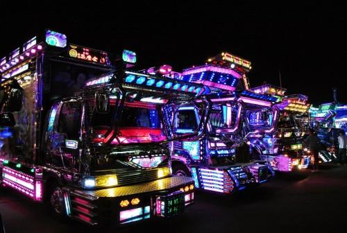 Camiones dekotora con luces de neón en Japón