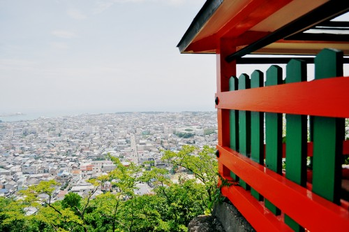 Sobre Hayatama y desde el exterior del santuario de Kamikura se puede apreciar una vista panorámica espectacular de Shingu y del Océano Pacífico.