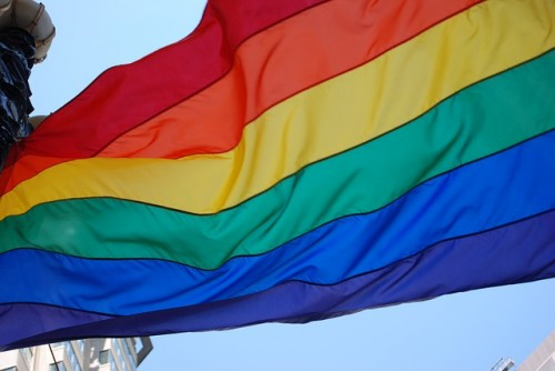 Bandera ondeante del orgullo gay