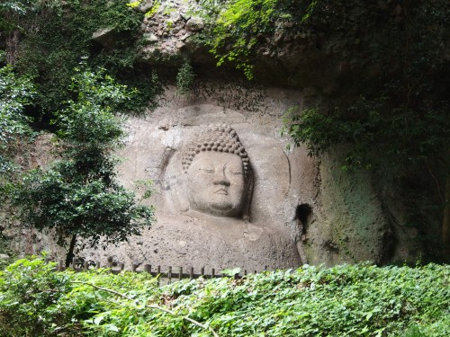 Escultura esculpida en una roca en Kumano Magaibutsu (Kunisaki, Oita).