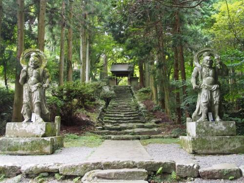 Guardines de roca del Templo Futagoji en Kunisaki (Oita).