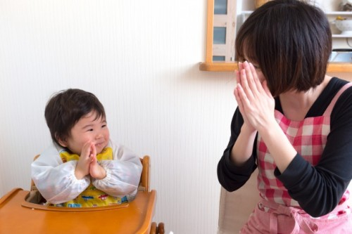 Madre e hijo dando gracias por los alimentos