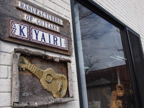 Escaparate de la tienda de guitarras artesanales Yairi Guitars, en japón