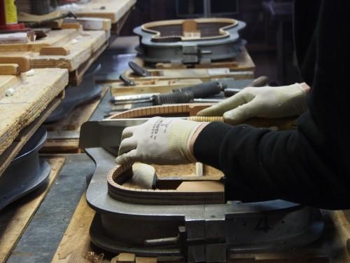 Operario fabricando la caja de una guitarra Yairi