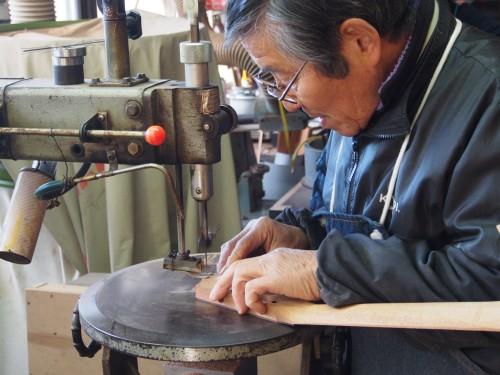 Proceso de artesanía y fabricación de una guitarra Yairi