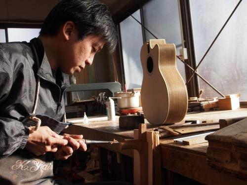 Proceso de talla y fabricación de una guitarra Yairi en Japón