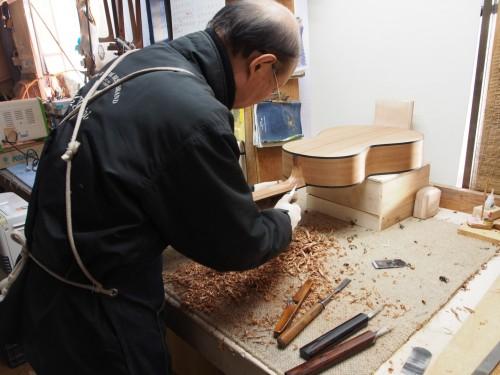 Artesano japonés fabricando la caja de una guitarra Yairi