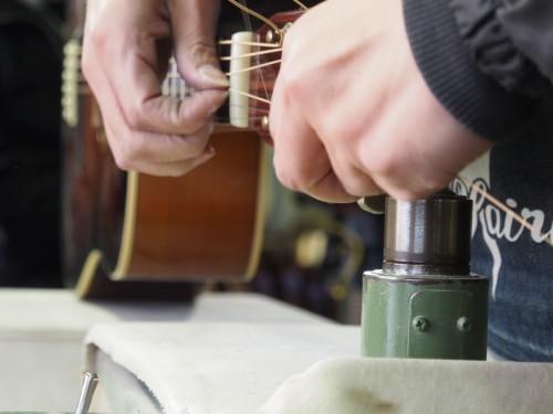 Probando las cuerdas de una guitarra Yairi
