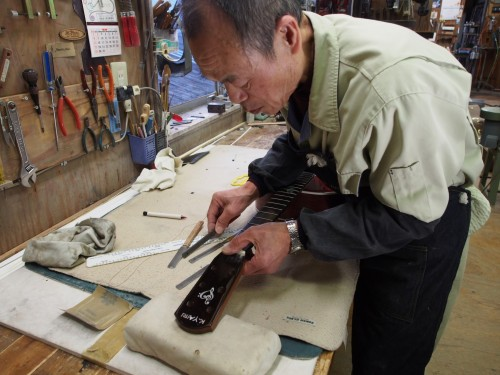 El maestro artesano trabajando en la fabricación de una guitarra Yairi por encargo