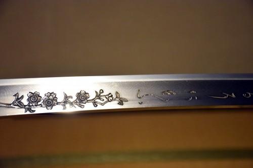 Detalle del grabado de una espada en el museo Bizen Osafune.
