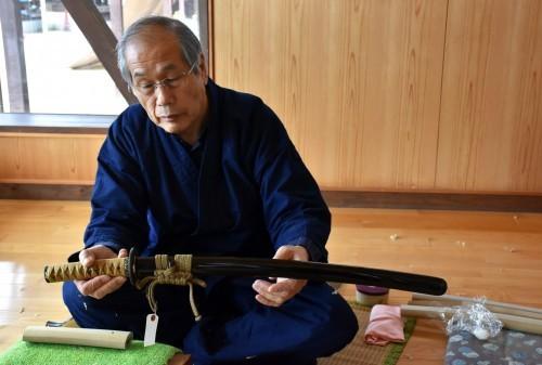 El maestro artesano mostrando la funda de espada samurái en Bizen Osafune.