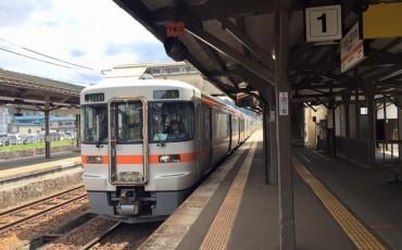 Tren Nagiso de la línea JR para viajar por Japón.