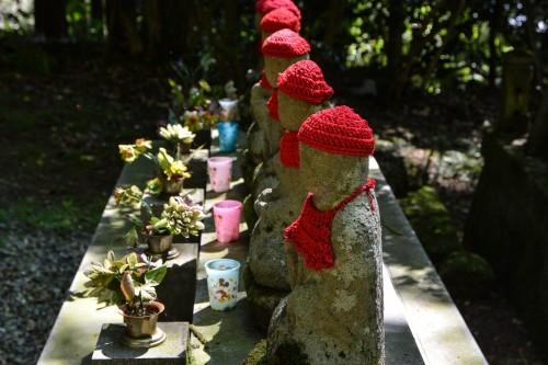 Estatuas de piedra del templo Kōtoku-ji de Murakami.