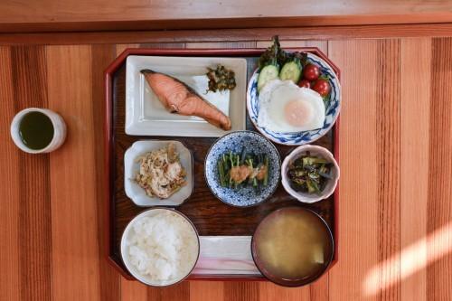 Desayuno tradicional en la granja Zaigomon de Takane.