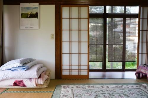 Habitación con suelos de tatami en la granja Zaigomon de Takane.