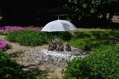 Estatuas de conejos en un jardín de Murakami.